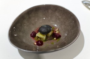 "Charcoal-grilled fennel, ""charcoal"", beetroot and fermented leek juice"