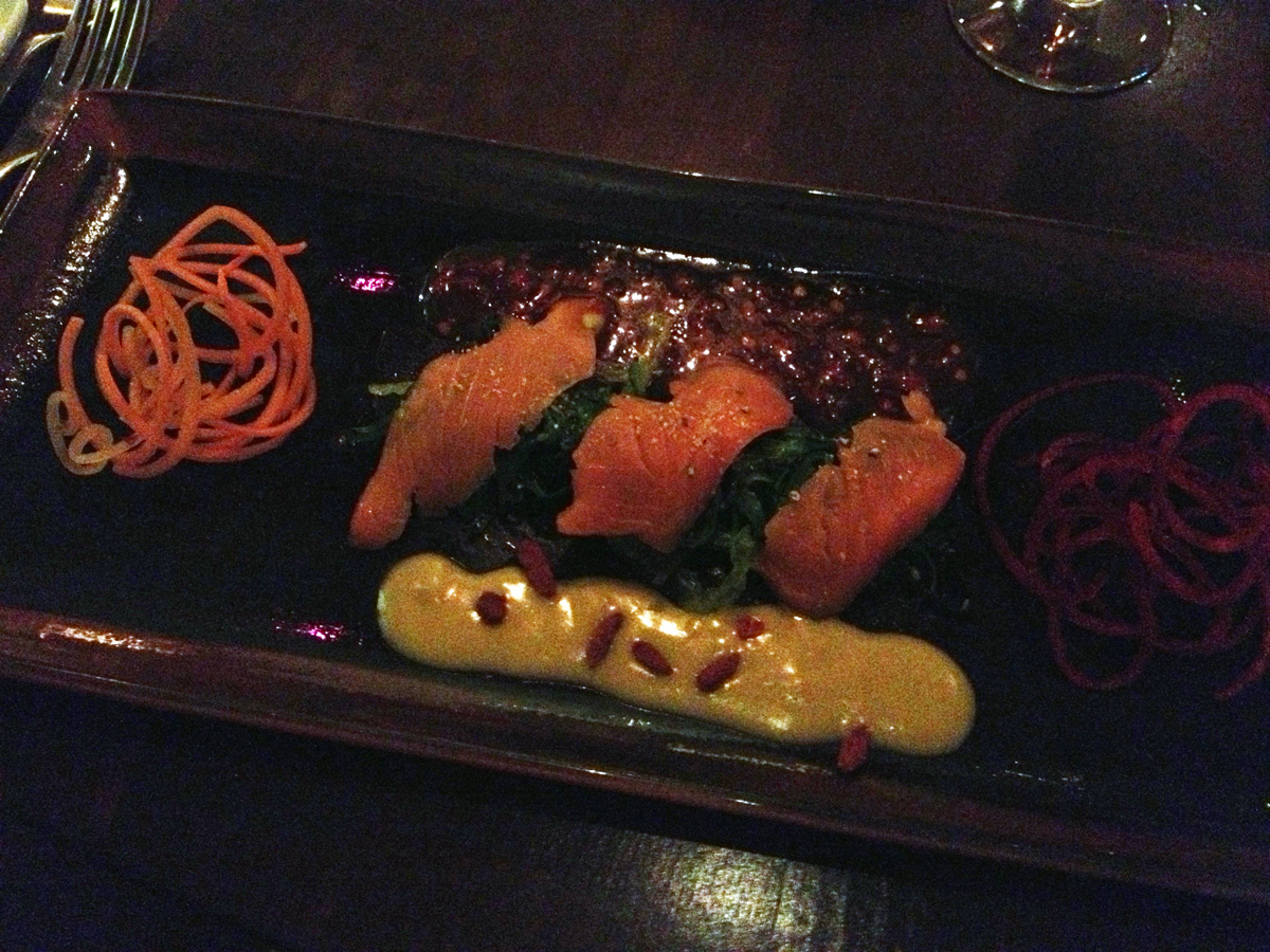 Wakame seaweed salad with salmon sashimi and ingwer-chili-dip