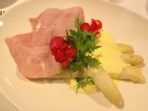 Asparagus, sauce hollandaise, ham and parsley potatos